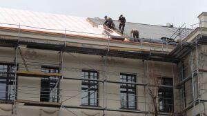 Naprawiają dach Hipoteki, zerwała go styczniowa wichura