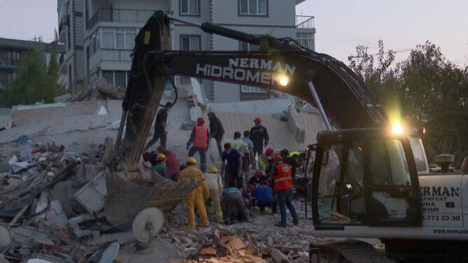 """Wciąż przeszukują gruzy zawalonych budynków. """"Nie możemy stracić nadziei"""""""