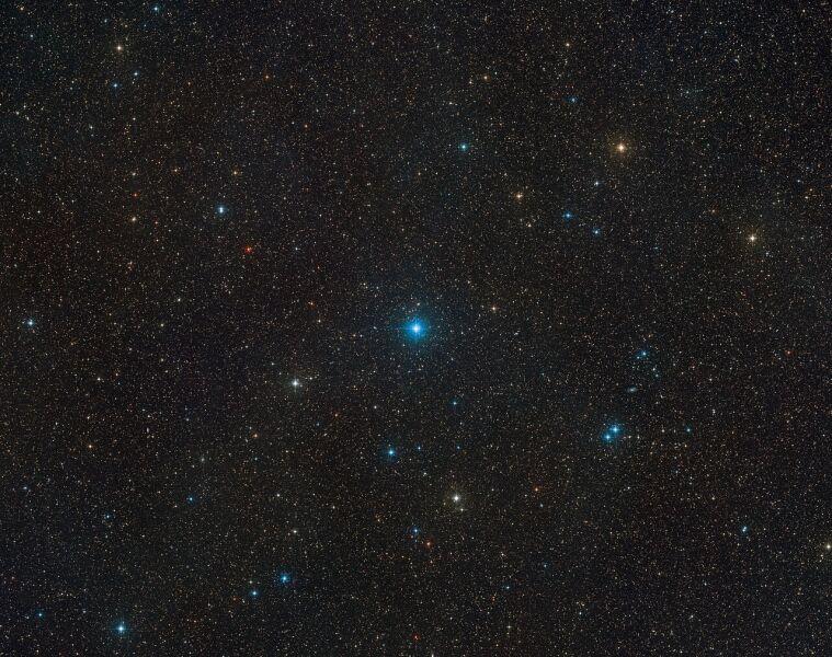 Widok na fragment nieba, gdzie zlokalizowany jest zespół HR 6819 (ESO/Digitized Sky Survey 2)